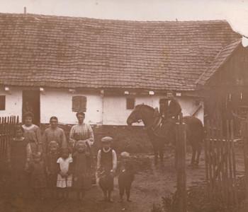 Familie Mirlach vor ihrem Holzhaus.