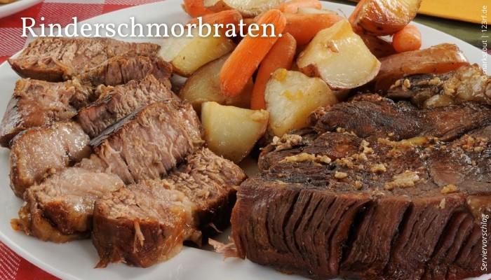 Rinderschmorbraten serviert mit Kartoffeln und Karotten.